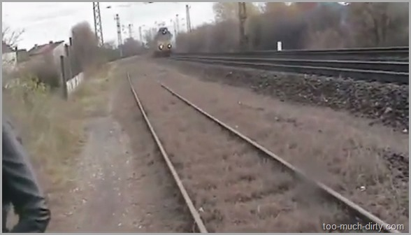 Babe_Pooping_and_Pissing_on_the_Railway_While_the_Train_Passing